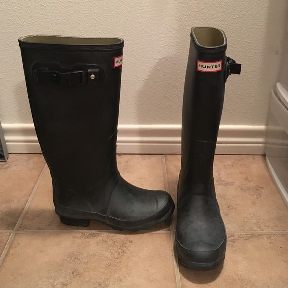 Hunter Huntress Boots Matte black Huntress boot. Huntress has wider calf and shorter shaft than the original. These have bloom on them (which cleans off) but other than that are in great condition! These are size 5 --- however I wear a 6 and they fit great. Hunter Boots Shoes Winter & Rain Boots