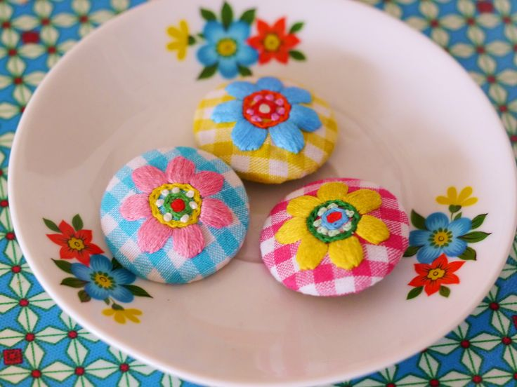 Embroidered buttons or brooches - handmade by www.bonthuishouden.nl