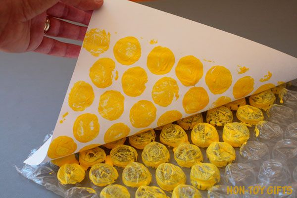 A fun and easy bubble wrap pineapple craft for kids to make this summer. Use large bubble wrap and any color you like, from yellow to blue and red.