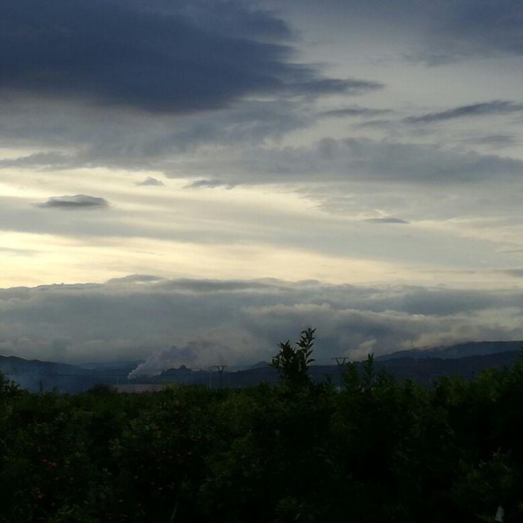 Atardecer en Moncofa con vistas de naranjos y nubes sobre la Sierra de Espadan