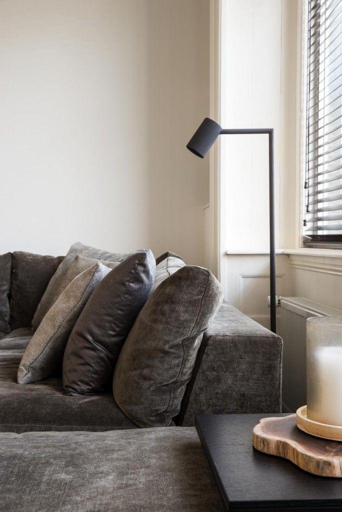 Subtiele leeslamp bij een grote comfortabele bank