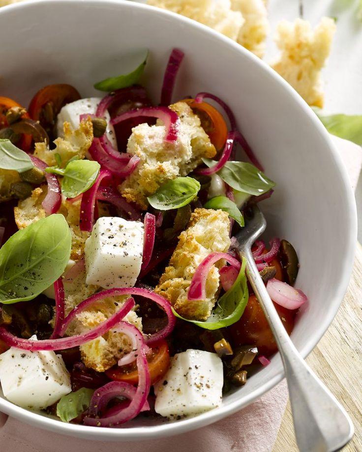 Toscaanse panzanella is een heerlijke salade met tomaat, olijven, kappertjes…
