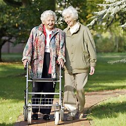 Ouderen die zijn wat moeilijker te been. Daarom moet de bereikbaarheid van het winkelgebied goed zijn.