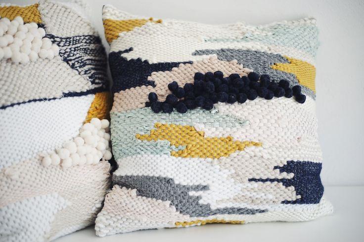 Coussin tissé à la main. Chaque pièce est unique, les couleurs restent les mêmes mais les formes peuvent différer. Dimension 45x45 cm  Face tissée et dos en coton noir.  Le tissage se compose de laine, coton, soie et lin.  NE PAS LAVER EN MACHINE.