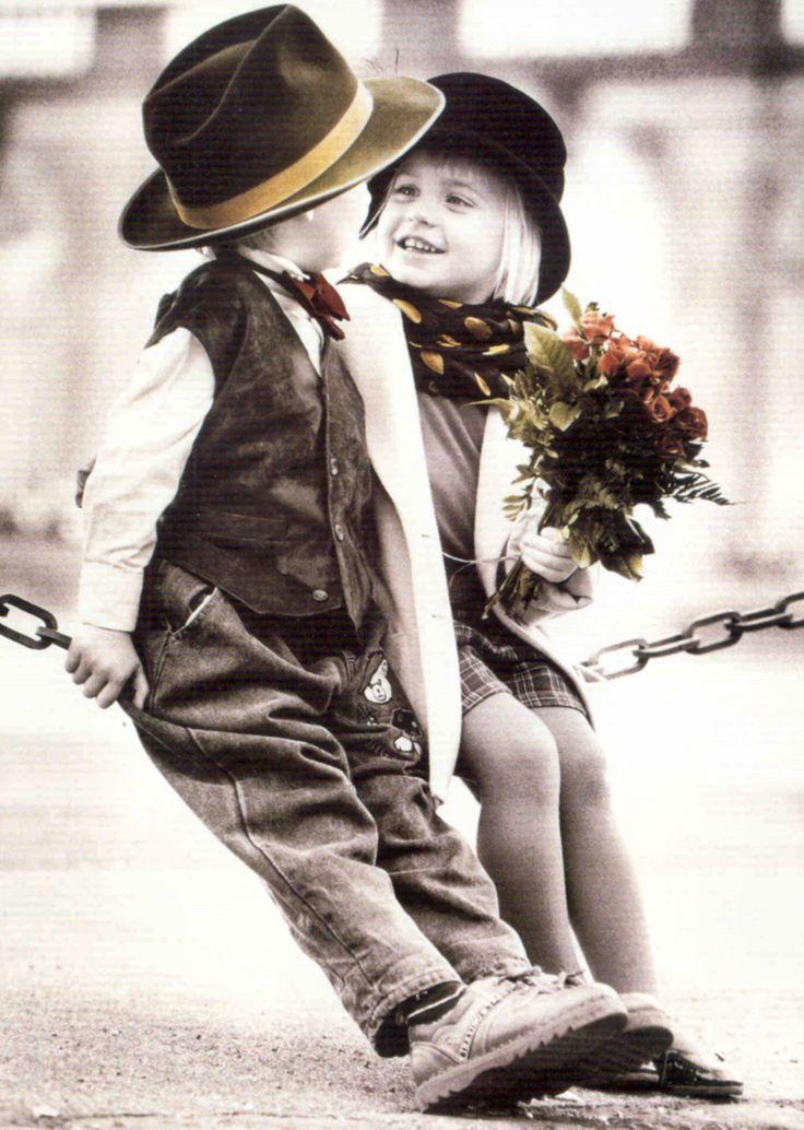 Мальчик дарит цветок открытка