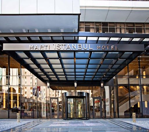 Zarafet ve şıklığın adresi Martı Istanbul Hotel, alışveriş, kültür ve iş hayatının kalbi olarak nitelendirilen, aynı zamanda eğlenceli ve hareketli gece yaşantısının da merkezi olan Taksim'de yer alıyor. Bu görkemli yapı, İstanbul'un tarihi zenginliklerine yakınlığının yanı sıra, eşsiz Boğaziçi kıyılarına da kolay ve kısa ulaşım mesafesinde. Martı Istanbul Hotel, bu şehrin tutkunlarının ve onu keşfetmek isteyenlerin adresi