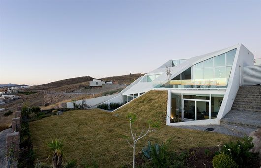 Designed by Productora, this modern mountainside home is ideally situated on a northern Mexico golf club. Partially buried beneath the mountain's slope, House in Chihuahua has a self-regulating climate control...