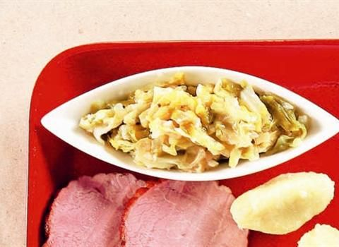 Ingredience: zelí bílé 1,5 kilogramu, cibule 1 kus (velká), brambory 1 kus (nebo 2 lžíce hotové jíšky), voda 1,2 decilitru, sádlo 2 lžíce (škvařené), cukr 2 lžíce, ocet 2 lžíce, kmín 1/2 lžičky, pepř černý (mletý), sůl.