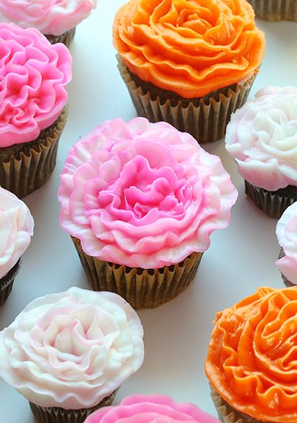How to Pipe a Buttercream Carnation! | iambaker.net