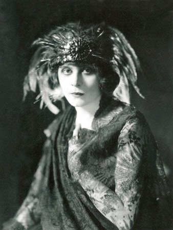 Theodosia Goodman, born July 29, 1885 in Ohio, had extreme success with the pseudonym of Theda Bara, playing femme fatale roles even in the era of silent films.