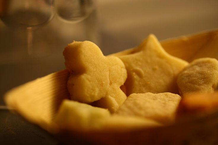 Het is zondagmiddag en je hebt een lege agenda, dus waarom niet lekker ouderwets zandkoekjes bakken? Wij gebruikten dit simpele, maar altijd werkende recept van Rudolph van Veen. Klik hier voor de bijbehorende video op de website van 24Kitchen. Kneed de boter, poedersuiker, vanillesuiker, zout en bloem tot een soepel deeg. Verdeel het deeg in […]