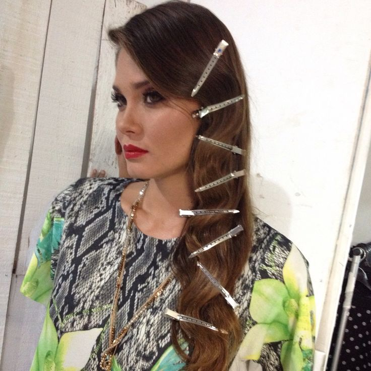 Peinando a la modelo Karen Karreño. Peinado glamouroso para fiesta con ondas suelto