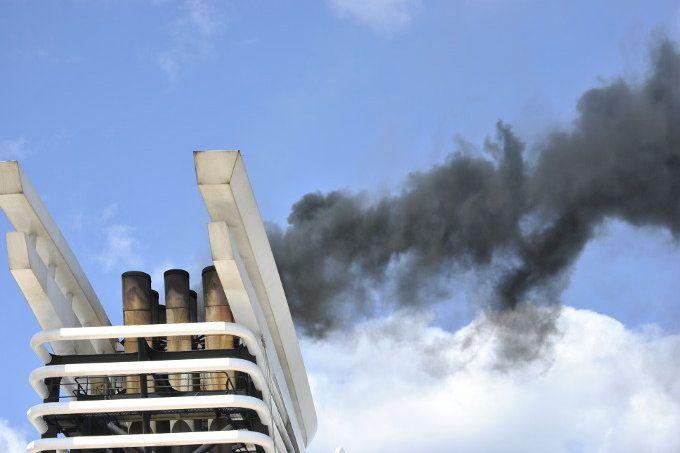 Noch immer belasten Kreuzfahrtschiffabgase massiv Umwelt und Gesundheit. Entgegen der vollmundigen Versprechungen der Reeder fahren die meisten Schiffe noch immer mit Schweröl. An moderner Umwelttechnik wird aus Profitgier weiterhin gespart.