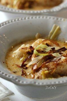 Blanquette de cabillaud. 400 g dos de cabillaud,2 petits oignons,2 poireaux,10 cl bouillon de volaille,10 cl crème fraîche,1 c à c curry,1 c à c maïzena,huile olive,10 cl huile friture,sel, poivre Faire revenir oignons et blancs poireaux émincés dans huile olive. Ajoutez bouillon de volaille et curry. Cuire 10-15mins. Ajoutez crème+maizena faire épaissir avant d'ajouter poisson coupé en 8. Cuire 5mins. Frire verts de poireaux. Dressez