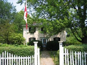 THE GRAND WHITE HOUSE BED AND BREAKFAST, a Bed and Breakfast in Niagara-on-the-Lake.  Be able to enjoy Niagara without rush, with peace and warmth.