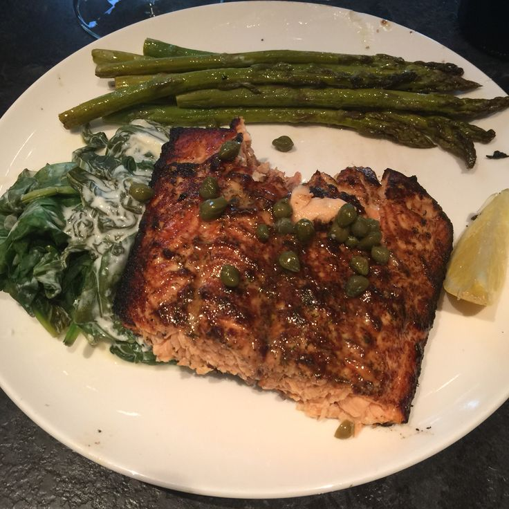 Great dinner for 2. Healthy salmon, asparagus and spinach.