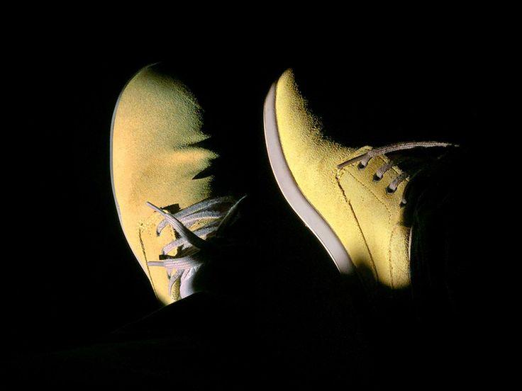 Честные люди выделяются среди других также ярко, как желтые ботинки в темной комнате, освещенные закатным солнцем.