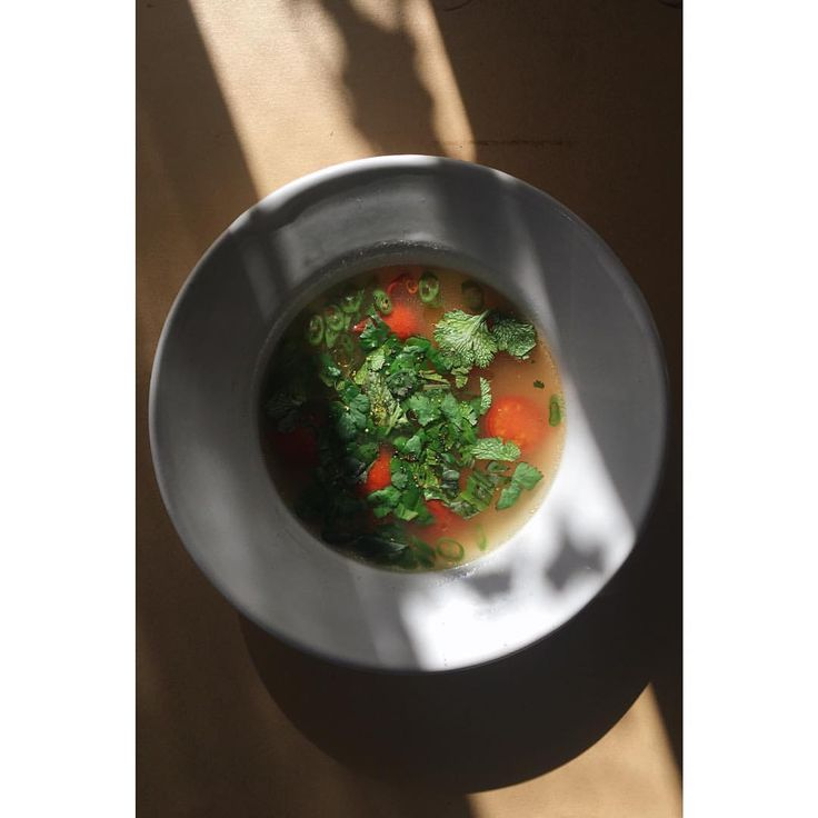 """652 Likes, 1 Comments - eri (@e_r_i_e_r_i) on Instagram: """"ランチは昨日のベースのチキンスープにバジルとコリアンダーを散らして熱々を🥘🌶最後に美味しいオリーブオイルかけて膜をして最後までふーふーして食べる。乾燥赤唐辛子と生青唐辛子の二種類使うのが好き!🔥🔥🔥…"""""""