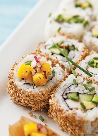 Sushi con salsa de mango. No compres y mejor prepara tu propio sushi ¡alcanzará para todos! Recetas de sushi en cocinavital.mx
