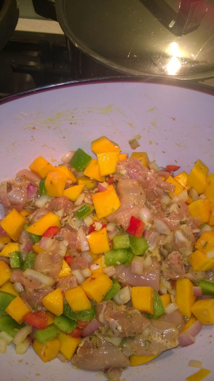 Lekker en makkelijk. Pompoen,ui, paprika, kip in stukjes, knoflook, keltisch zeezout, italiaanse kruiden. In de braadzak en 45 min de oven in.