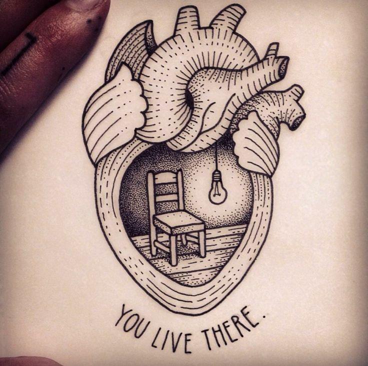 un esempio di cuoricino tattoo originale, in bianco e nero con disegno e scritta
