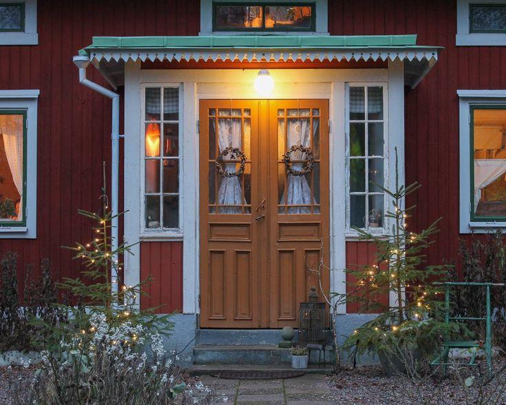 Julbelyst veranda. Foto: Erika Åberg #gamla #hus #trädgårdar #rödfärg #plåttak #byggnadsvård #veranda #fönster #pardörrar #linoljefärg
