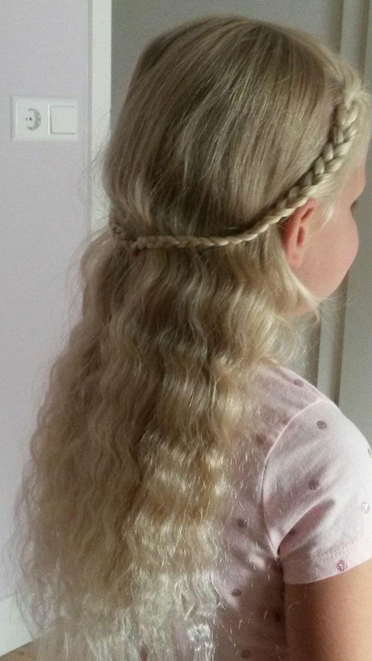 Heel makkelijk om te maken. Twee vlechten maken en samenbinden. Het haar is zo voor de ogen weg en toch mooi los. Om de mooiste krullen te krijgen heb ik het haar nat in gevlochten en de hele nacht laten zitten.