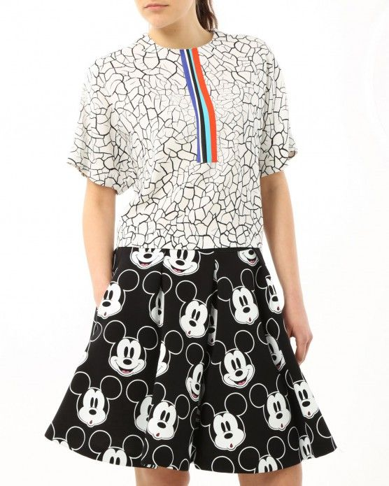Think forward and mix different patterns, the crackle-effect top by Iceberg perfectly match with the Mickey Mouse all-over skirt