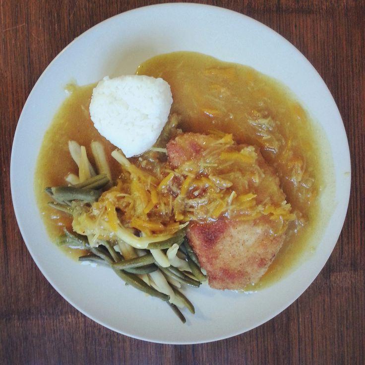 Katsu kare (bistecca impanata al curry) con fagiolini e onigiri – di Louise Pénaud Per 4 persone – 4 bistecche di maiale senza osso, alte circa 1 cm – farina, uovo, pangrattato (c…