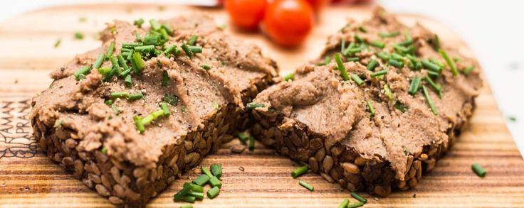 Deze vegan versie van pate met bieslook is ideaal als broodbeleg of om te serveren bij toast. Gemakkelijk te maken met liquid smoke bereid.