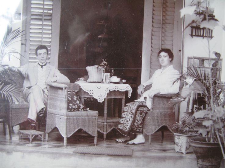 Nederlands Indie ca. 1910 thee-uurtje opa en oma