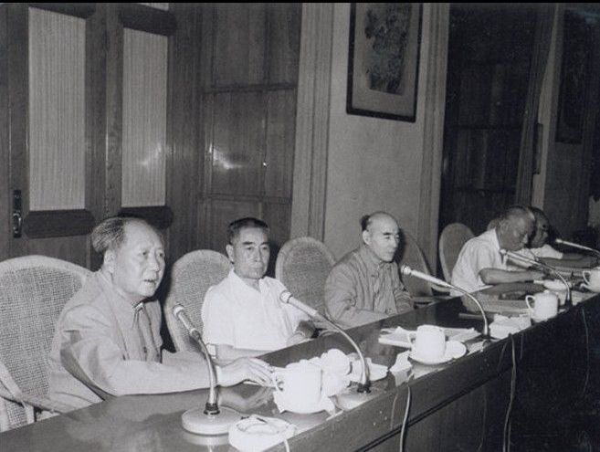 图为1966年8月5日毛泽东和周恩来、林彪及刘少奇在中共八届十一中全会上。