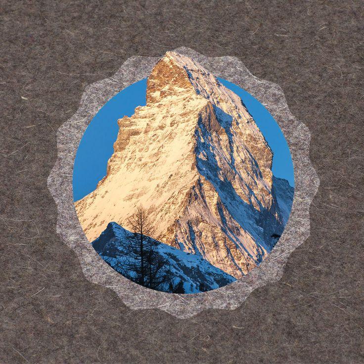 Jetzt können Sie das Matterhorn kaufen! Und zwar als tollen Foto-Aufsteller (Foto auf MDF bezogen, 9.60 x 9.60 cm). Auch als DIY Fotogeschenk-Set erhältlich. Hergestellt an geschützten Arbeitsplätzen in der Schweiz. #Foto #Fotogeschenk #Matterhorn #Schweiz #Tourismus #Holz #Geschenkideen