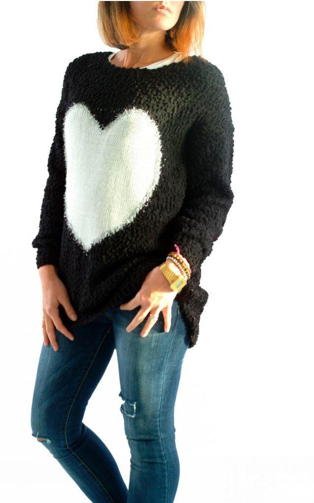 Pullover nero con cuore bianco Taglia Unica: Vestibilità dalla 40(S) alla 44(L)  Vestibilità: Normale Scollo: Tondo, normale Fantasia: Applicazione Cuore Bianco Lunghezza totale: 70cm nella Taglia Unica Trasparenza: Pesante Lunghezza manica: Maniche Lunghe,70cm nella Taglia Unica Composizione: 52% Rayonee, 35% Model, 8% Elasteno, 5% Cashmere