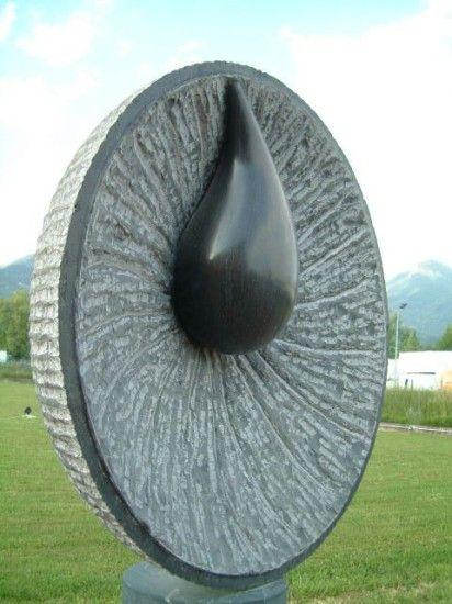 Nel 1981 comincia a dedicarsi alla scultura
