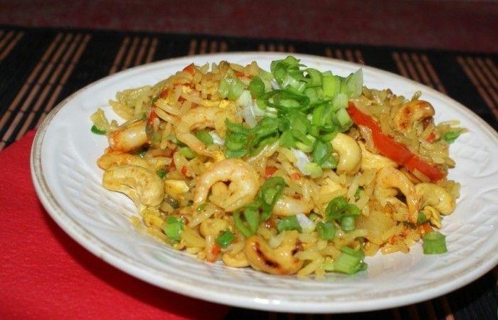 Жареный рис по-тайски с курицей http://mirpovara.ru/recept/3017-jarenyj-ris-po-tajski-s-kuricej.html  Жареный рис по-тайски с курицей - чудесное блюдо, имеющее приятный пикантный вкус и волшебный аромат...  Ингредиенты:  • Рис отварной - 500г. • Креветки очищенные отварные - 200г. • Филе куриное - 300г. • Перец болгарский красный - 1шт. • Перец чили  - 1шт. • Яйцо - 1шт. • Лук репчатый - 2шт. • Чеснок - 3зуб. • Бульон куриный - 3ст. л. • Соевый соус - 3ст. л. • Карри - 1ст. л. • Сахар - 1ч…