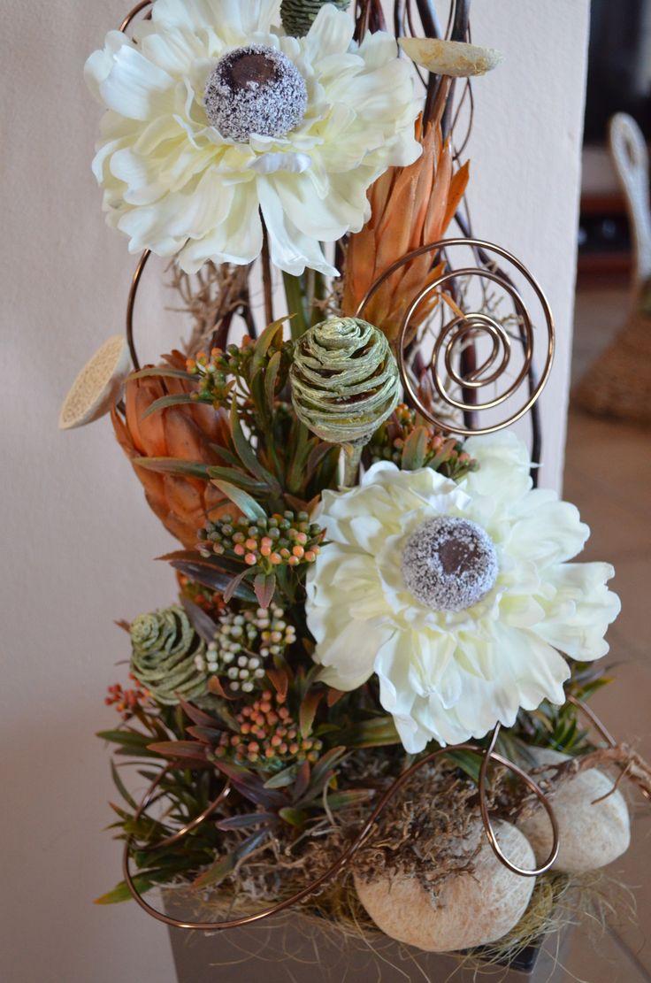 Luxusní+aranžmá+Interior+brown+Chcete-li+aby+váš+pokoj,+hala,+kancelářči+obchod+působil+opravdu+luxusně,+zamyslete+se,+zda+nezvolit+právě+toto+aranžmá.+Na+výrobu+byly+použityjen+ty+nejkvalitnější+materiály+(umělé+a+sušené+rostliny),+takže+květiny+působí+velmi+přirozeně.+Celková+výška+je+130+cm,+tudíž+je+aranžmá+vhodné+postavit+na+zem.+Šířka+jecca+...