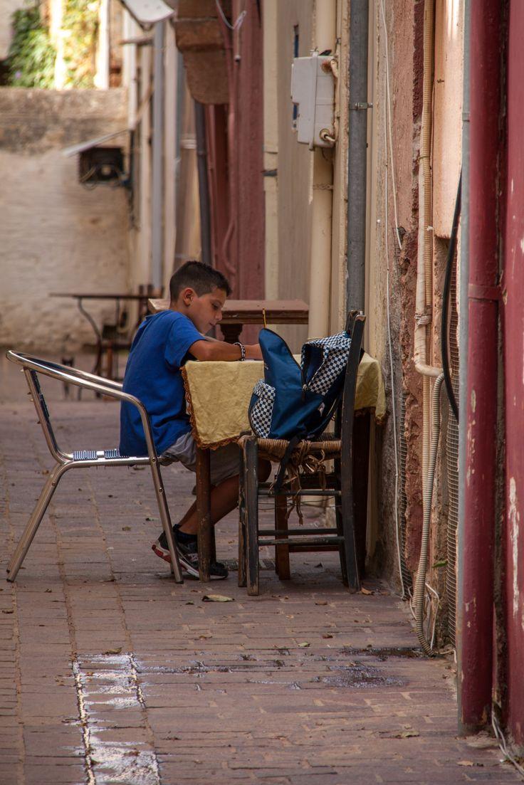 Huiswerk maken op straat Chania