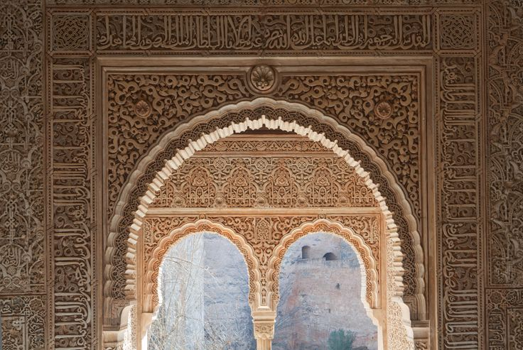 La Torre de la Cautiva apenas se diferencia exteriormente del resto. Sin embargo, el interior de ésta es uno de los espacios de habitación más destacados de la Alhambra por su decoración. Se trata de una torre-palacio, o Qalahurra, cuya estructura y distribución es la misma que la de las casas y palacios del Conjunto Monumental.   Más información: http://www.alhambra-patronato.es