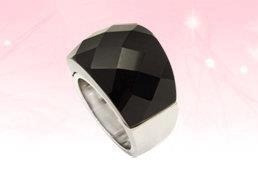Anillo de acero inoxidable con una piedra negra brillosa
