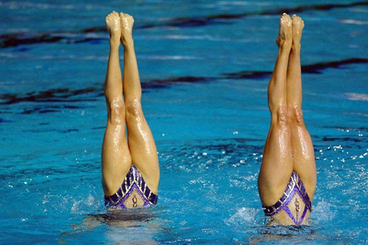 シンクロナイズドスイミングの足技を取り入れ、それを水中ではなく、床の上で寝た状態で行う「シンクロエクササイズ」のメリットと実践方法を紹介します! 脚に余計な負荷をかけず、同時にお腹の筋肉も鍛えられるので、短期間で理想の美脚とペタンコお腹が手に入りますよ。