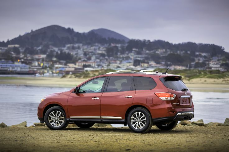 Nissan Pathfinder taking in the sights.
