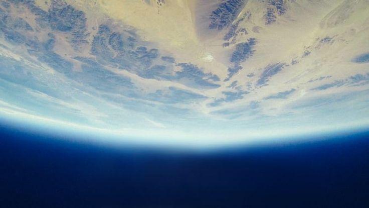Google Earth: al via la rivoluzione social per l'esplorazione del globo? https://www.sapereweb.it/google-earth-al-via-la-rivoluzione-social-per-lesplorazione-del-globo/        Novità in casa Google ed, in particolare, in casa Google Earth. Il servizio che permette l'esplorazione del globo potrebbe infatti essere rivisitato in chiave social, dando quindi la possibilità agli utenti di utilizzarlo come i social network a cui siamo più abituati. Google Earth:...