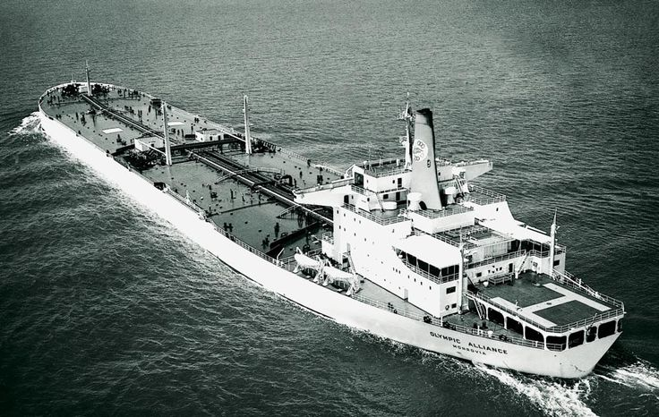 Το OLYMPIC ALLIANCE, ένα από τα γιγαντιαία δεξαμενόπλοια που οδηγήθηκαν πρόωρα στα διαλυτήρια. Κατασκευάστηκε το 1970 και πουλήθηκε για διάλυση το 1981. / The OLYMPIC ALLIANCE, one of many very large crude oil carriers sent early to the breakers. She was built in 1970 and sold for demolition in 1981.