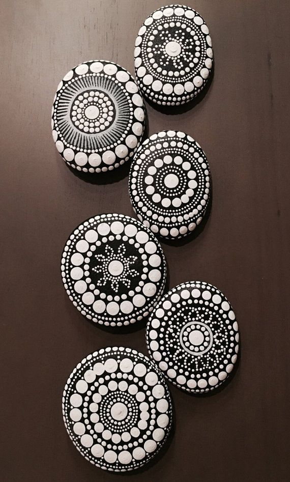 Best 25 stones ideas on pinterest crystals and their - Mandala sur galet ...