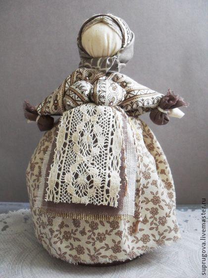 `Кубышка-травница`+куколка-шкатулка.+Куколка+'Кубышка-травница'+выполнена+в+традиции+русской+народной+куклы-закрутки.+В+основе+куклы+прячется+шкатулочка,+оформленная+в+цвет+платья+куклы,+и+составляет+с+ней+единое+целое.