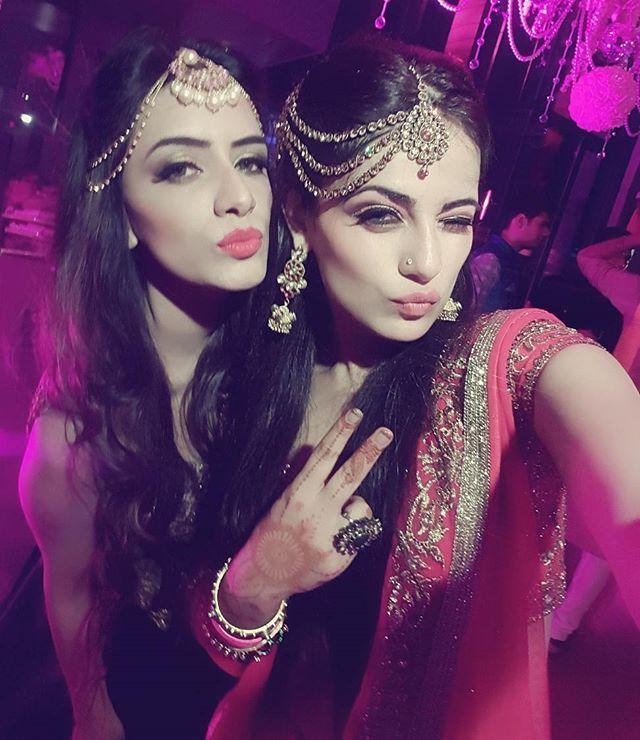 Yesterday night with this bhandu! ❤ #ladkewaalodimehendi @smriti_khanna
