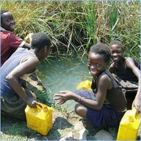 Crianças brincando com água | Just a Drop
