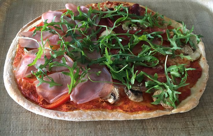 Gezonde pizza van speltdeeg met zelfgemaakte pizzasaus en rijk belegd met een variëteit aan verse groenten en vlees. Voor twee normale pizza's of vier kleine pizza's.