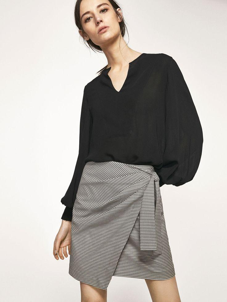 Φούστα με σχέδιο καρό vichy και λεπτομέρεια με πλαϊνό φιόγκο. Μεσάτη γραμμή και κούμπωμα με φερμουάρ στο πίσω μέρος. Το μήκος του ενδύματος στο μέγεθος 38 είναι 45,1 cm.